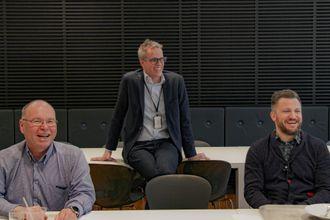 Jacob Mehus (i midten) er administrerende direktør i Standard Norge. Han slår av en prat med standardardiseringskomitéen i lunsjen. Til venstre sitter xx xxx, t.h. Sigve Pettersen, leder for innovasjon og utvikling i buildingSMART Norge.