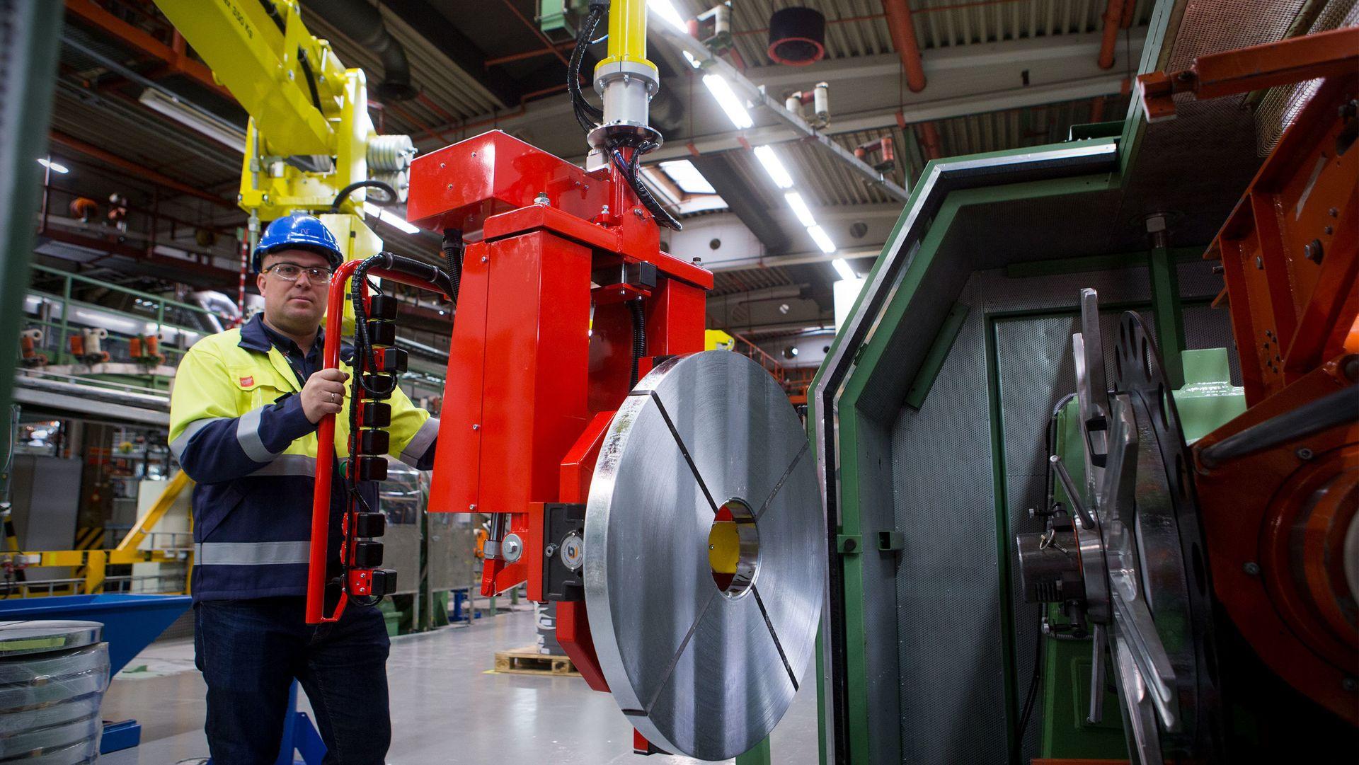 Manipulatorene fra Dalmec lar Nexans håndtere 290 kilo tunge stålruller lekende lett. – Manipulatorene er en teknologi som virker, og det tror jeg det er mange i Norge som ikke har sett enda, sier Harald Hjørnegård, prosessansvarlig for armeringen av alle Nexans sjøkabler.