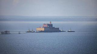 Verdens største flytende kjernekraftverk fraktes langs norskekysten