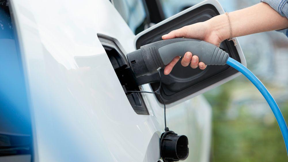 Danske E.ON lanserer fastpris for lading av elbil både hjemme og i deres nettverk. Norsk elbilforeningen ber nordmenn tenke seg nøye om før de går inn i slike abonnement.