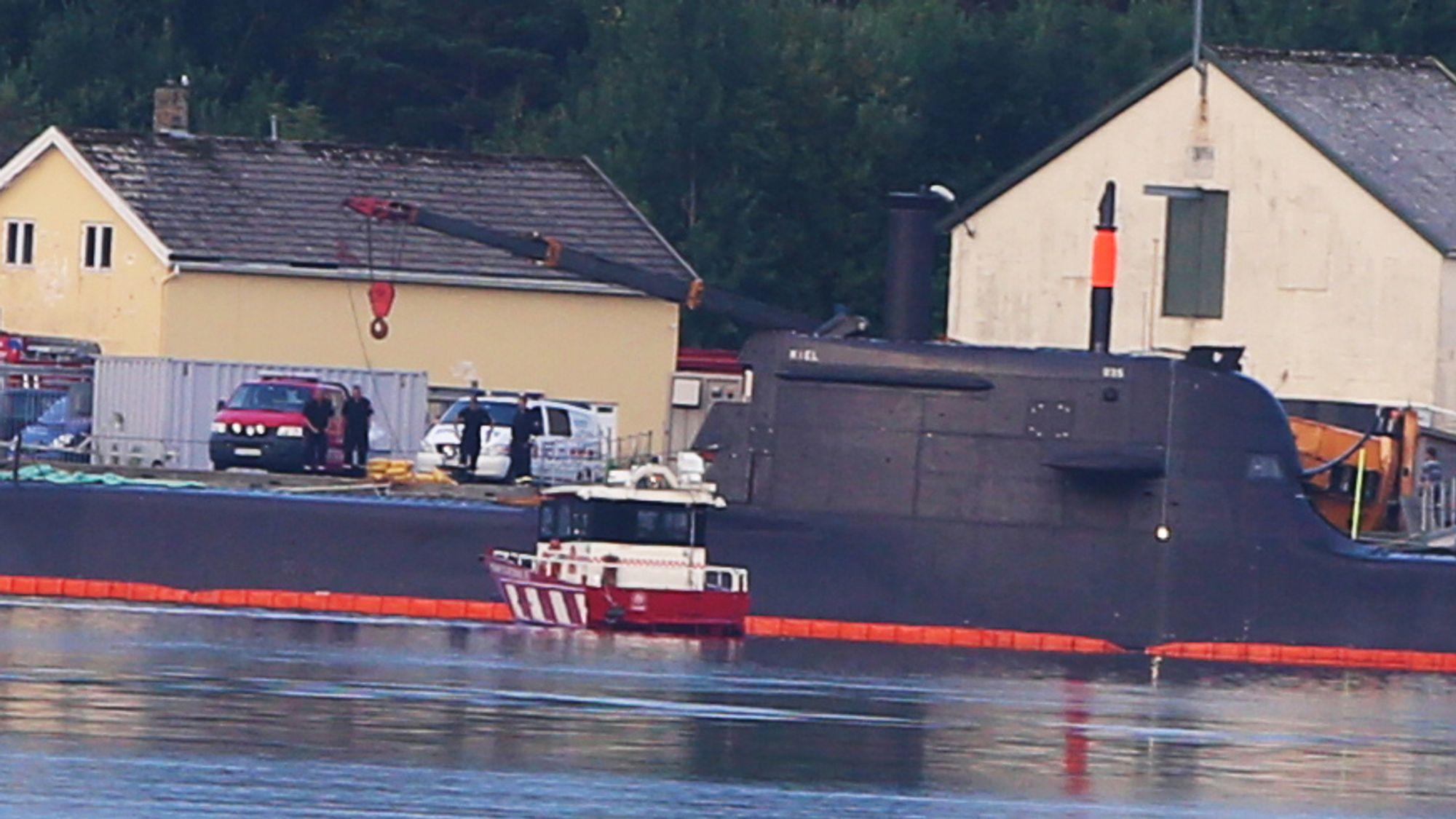Mobilkranen veltet over tårnet på den tyske ubåten i 212A-klassen i Kristiansand.