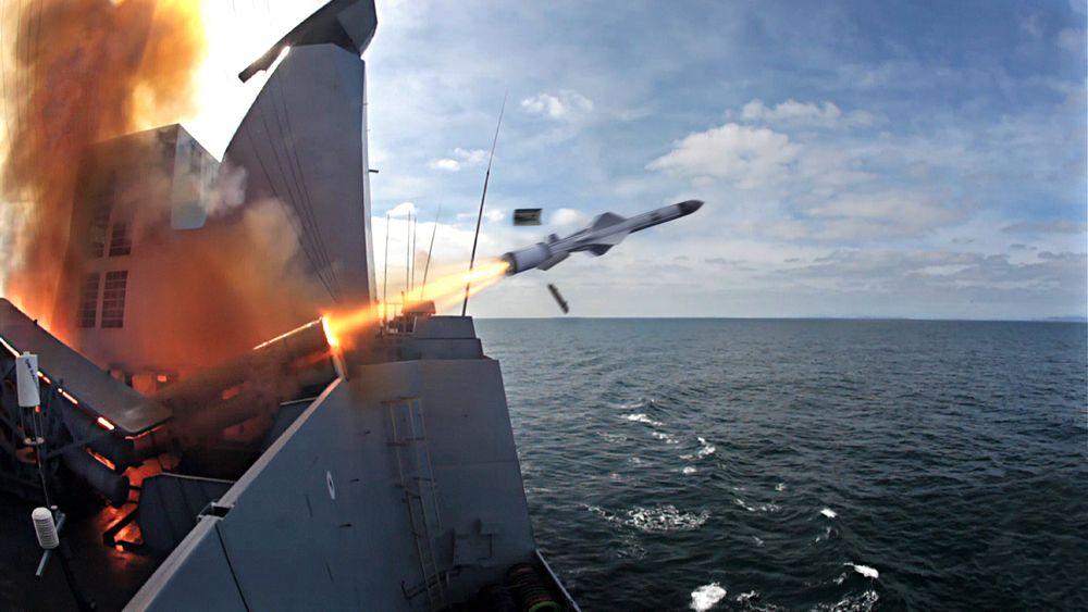 Pressebilde av et Exocet-missil som fyres av fra et skip. Missilet drives av norske rakettmotorer, ifølge Dagbladet.