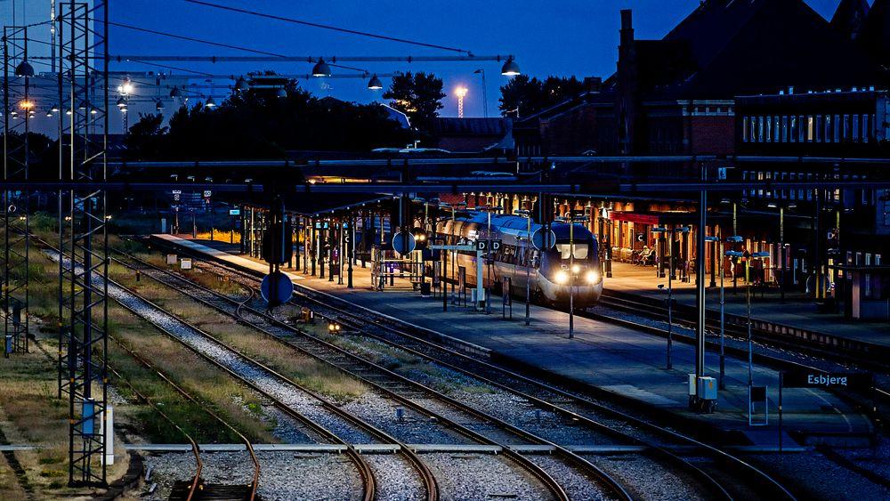 Togsignaler vil gi ekstraregning på milliarder av kroner i Danmark. Bildet viser Esbjerg stasjon.