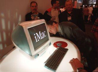 Jonathan Ive bidro til å redde Apple med lanseringen av iMac. Her fra avdukingen under MacWorld Expo i 1998.