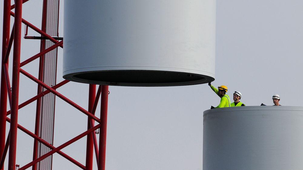 Vindmøller, olje og gassinstallasjoner er utsatt for store belastninger. Dagens manuelle metoder for kontroll og vedlikehold, er svært tidskrevende og kostbare. – Selvtenkende bolter vil spare eierne store beløp, sier professor Cheffena. Illustrasjonsbildet viser montering av tårnet på en vindturbin. Foto: Colourbox