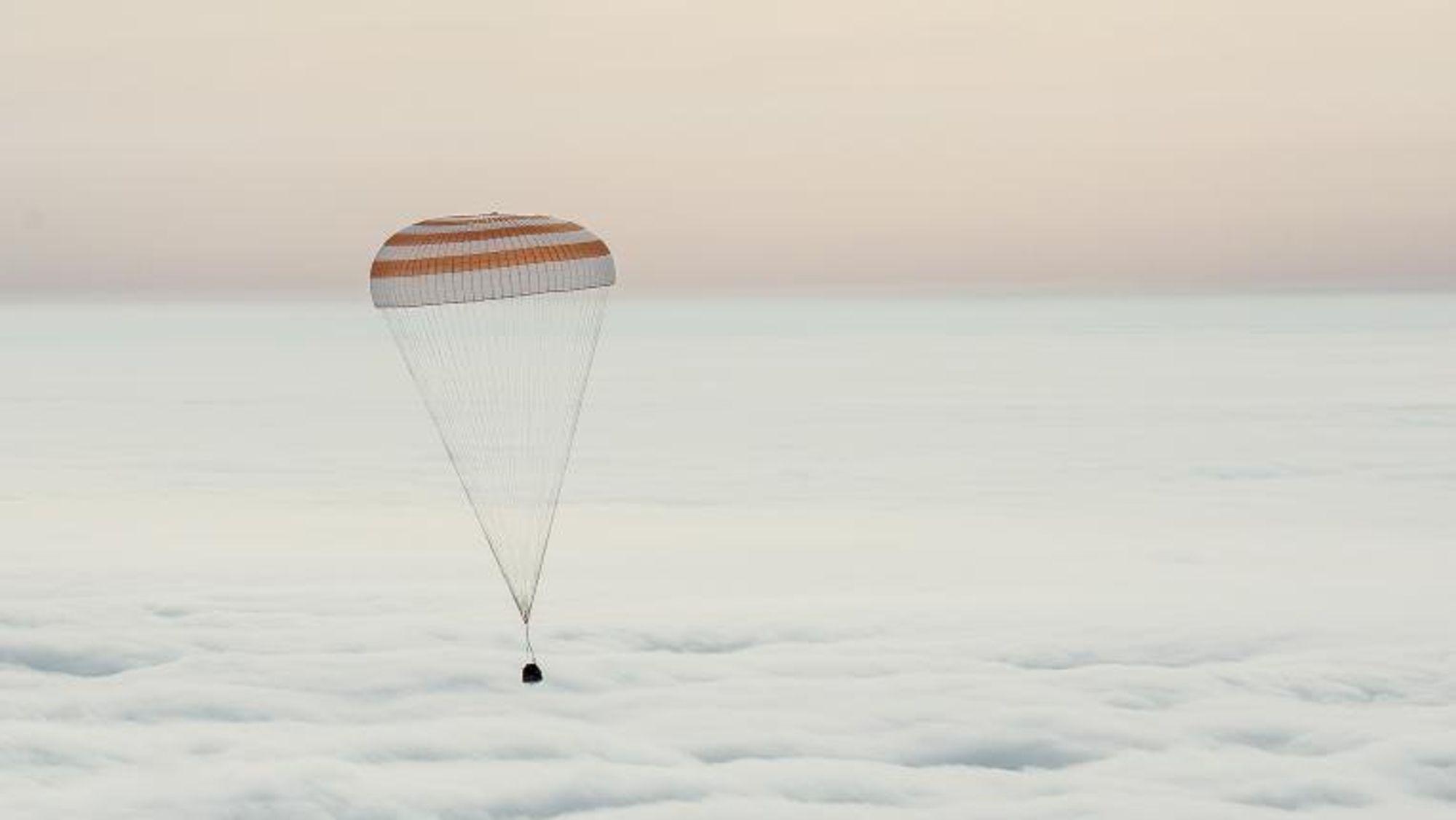 Slik så det ut den 2. mars 2016, da Sojus TMA-18M-kapselen var i ferd med å lande med NASAs Scott Kelly, og Roscosmos' to kosmonauter Mikhail Kornienko og Sergey Volkov på en slette i Kasakhstan.