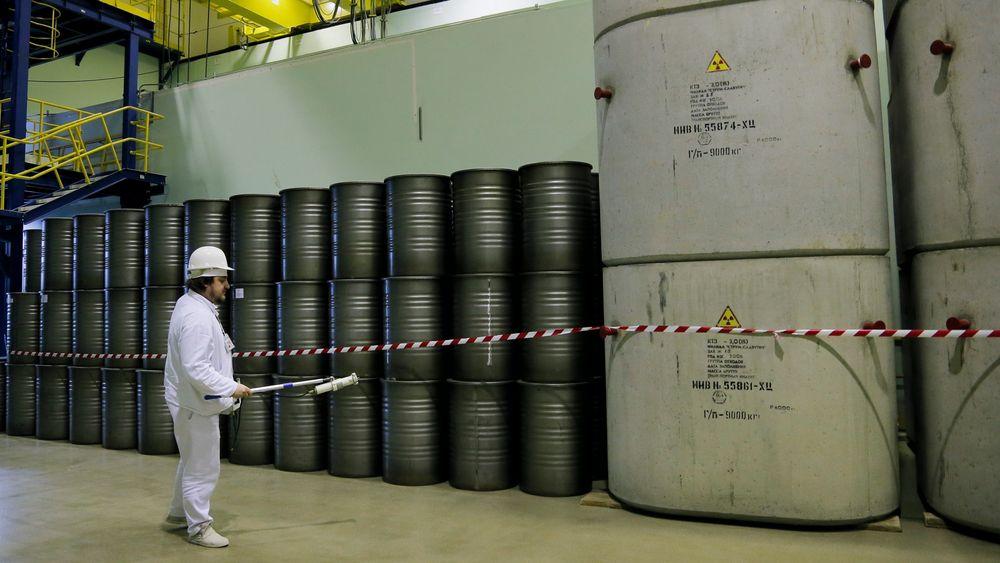Over 30 år senere: En arbeider sjekker strålingsnivået fra tønnene i et lager for avfall fra reaktor 4, som ble ødelagt under Tsjernobyl-ulykken i Ukraina. Bildet er fra 2016.