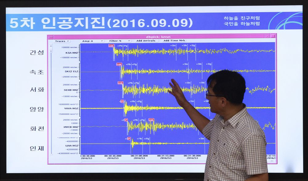 Direktør Ryoo Yong-gyu i Earthquake and Volcano of the Korea Monitoring Division snakker foran en skjerm som viser seismiske bølger som ble målt i Soeul i Sør-Korea 9. September 2017.
