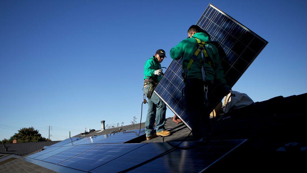 Installasjon av solceller på et tak i  San Leandro i California.