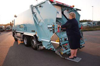 Statsminister Erna Solberg fikk stå bak på en søppelbil som kjørte på biogass under åpningen av fabrikken Greve Biogass på Sem i Tønsberg i 2016.