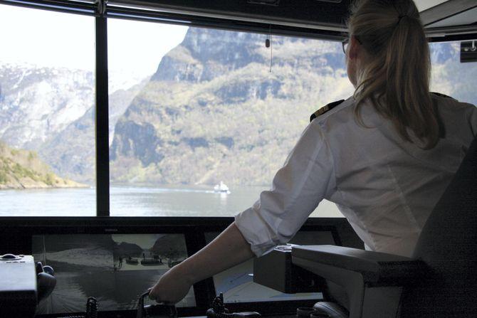 Fra brua på helelektriske Future of the Fjords. Turistskipet kan gå i 16 knop med 400 passasjerer i 2,5 timer.