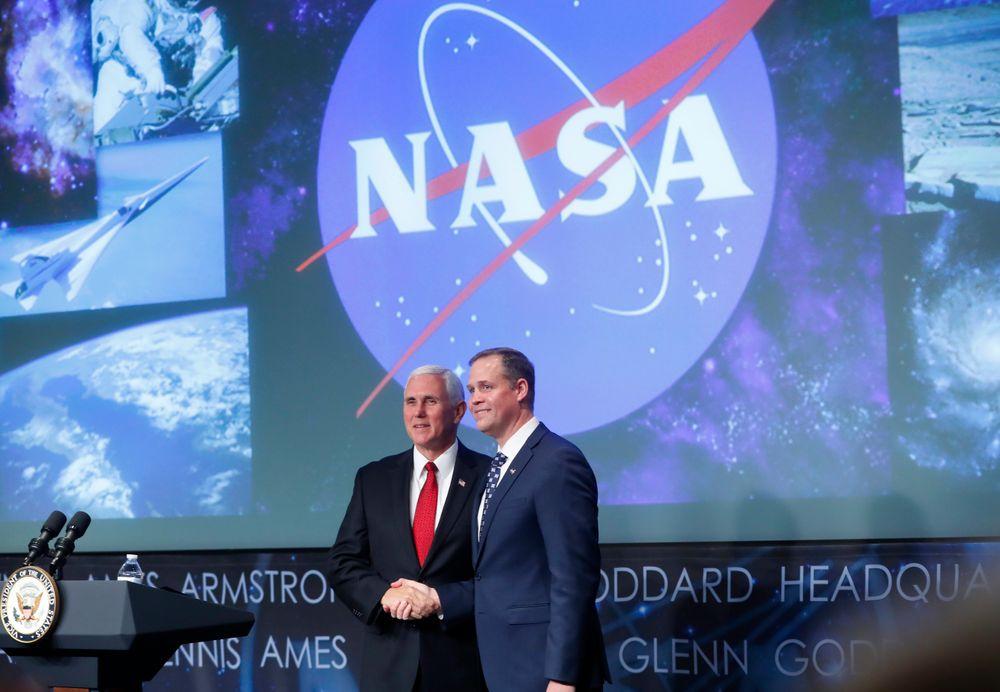 Under en seremoni der visepresident Mike Pence deltok, ble Jim Bridenstine tatt i ed som NASAs nye toppleder 23. april i år.