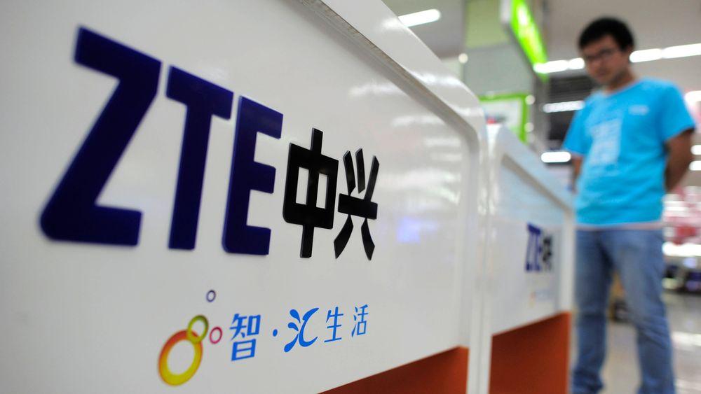 Den kinesiske mobilprodusenten ZTE ble hardt rammet av amerikanske sanksjoner. Nå kommer USAs president Donald Trump selskapet til unnsetning.