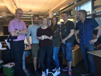 Ansatte i NRK Sørlandet er spente på utfallet. Fra venstre: Svein Sundsdal, Hans Erik Weiby, Kristin Olsen, Kari Jeppestøl Arntzen, Jon Anders Møllen og Eirik Damsgård.
