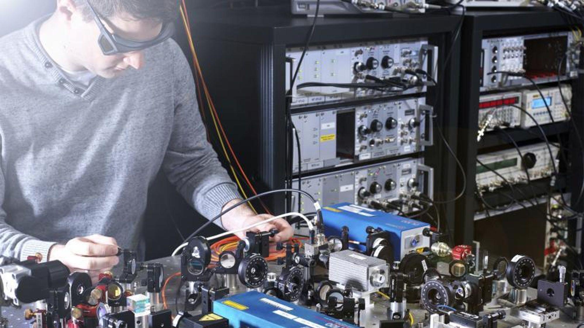 Johannes Thielking har stått i spissen for målinger av egenskapene til kjernen for thorium-229 med lasersystemer hos Physikalisch-Technische Bundesanstalt.Foto: Physikalisch-Technische Bundesanstalt