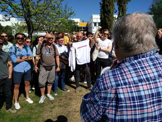 Ansatte i NRK Trøndelag streiker utenfor statskanalens kontorer på Tyholt i Trondheim. Nærmest og med ryggen til er programleder Tron Soot-Ryen.