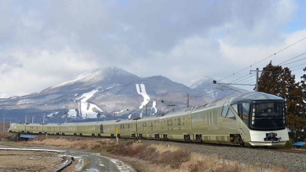 Det japanske togselskapet JR West beklager etter å ha kjørt 25 sekunder for tidlig fra stasjonen. Illustrasjonsbildet viser luksustoget Shiki-shima, som opereres av East Japan Railway i Inawashiro i Fukushima-området.
