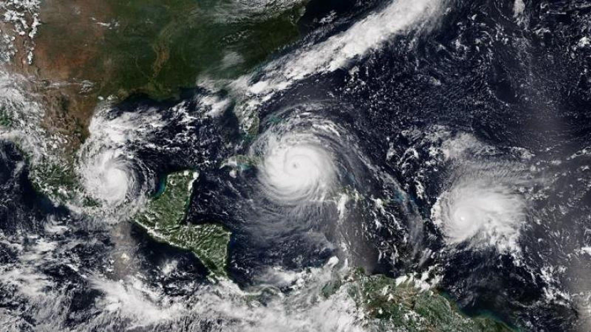 En undersøkelse ledet av Pacific Northwest National Laboratory viser at orkaner intensiverer seg raskere nå enn de gjorde for 30 år siden. Orkaner som Irma (midten) og Jose (til høyre) er eksempler på dette. Orkanen Katia kan sees til venstre.