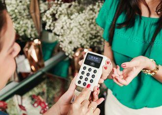 IZettle leverer små betalingsterminaler av denne typen. Terminalene kommuniserer med en mobiltelefon eller et nettbrett via Bluetooth.