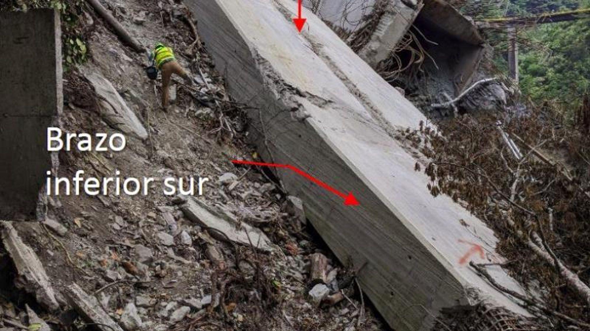 De avrevne armeringsjernene på det ene beinet til det kollapsede brutårnet kan skimtes på dette bildet (rett under den øverste røde pilen). Ingeniørene hadde feilvurdert hvordan trekkraften i pylonen ville fordele seg, og derfor hadde de ikke fått lagt inn nok armering på de mest utsatte stedene.