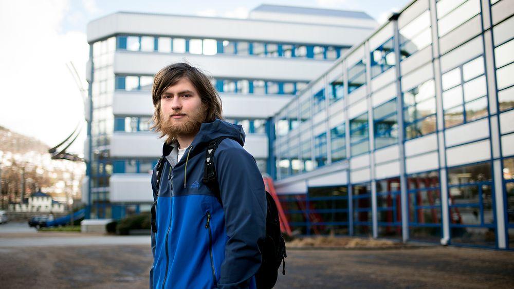Birk Tjelmeland (19) har allerede begynt å ta eksamener på masternivå i Informatikk ved Universitetet i Bergen. Her utenfor Høyteknologisenteret der Institutt for informatikk holder til.