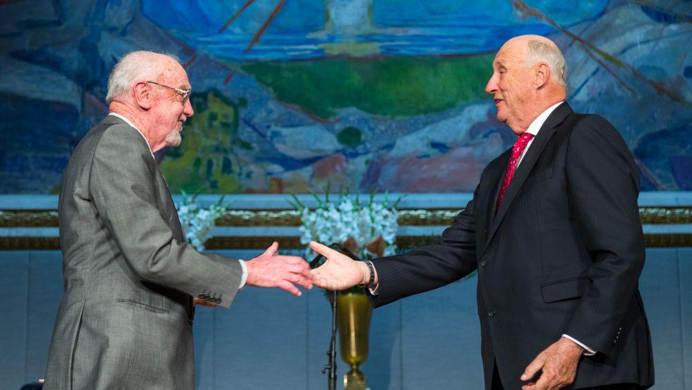 Kong Harald overrekker Abelprisen for 2018 til Robert Langlands under en høytidelig seremoni i Universitetets aula tirsdag.