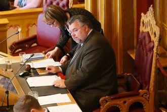 Morten Wold (FrP) sitter på stortingspresidentstolen under en trontaledebatt i Stortinget i fjor
