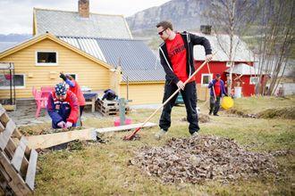 Heidi Monsen får hjelp av NRK-streikende til å gjøre klar hagen. Stian Strøm til høyre.
