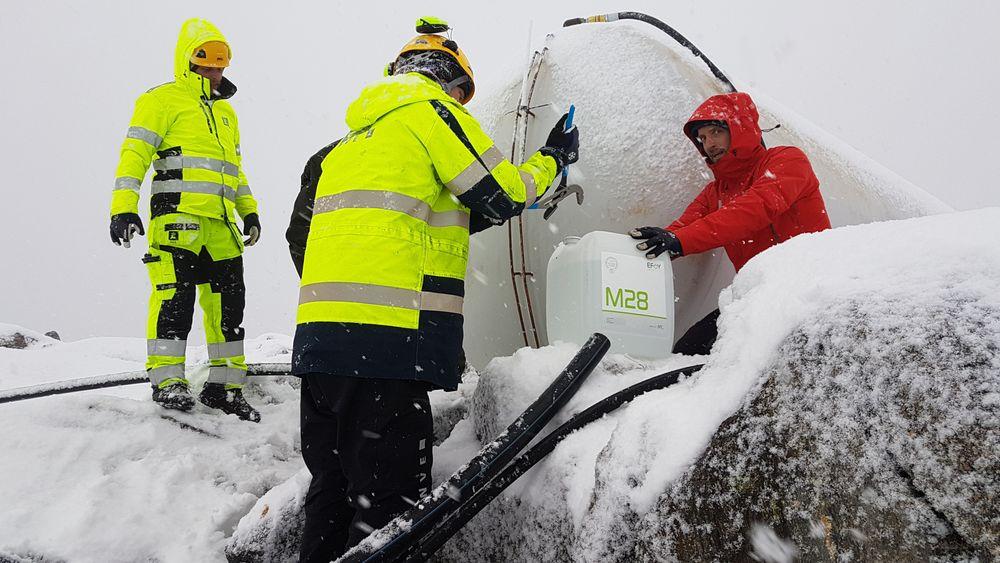 Kulda skapte problemer under vanningsforsøkene på Veslemannen i oktober. Her bruker mannskaper fra NVE etanol for å åpne en gjenfrosset vannslange.