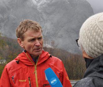 NVEs seksjonssjef Lars Blikra intervjues av NRK foran fjellområdet Mannen i Rauma.