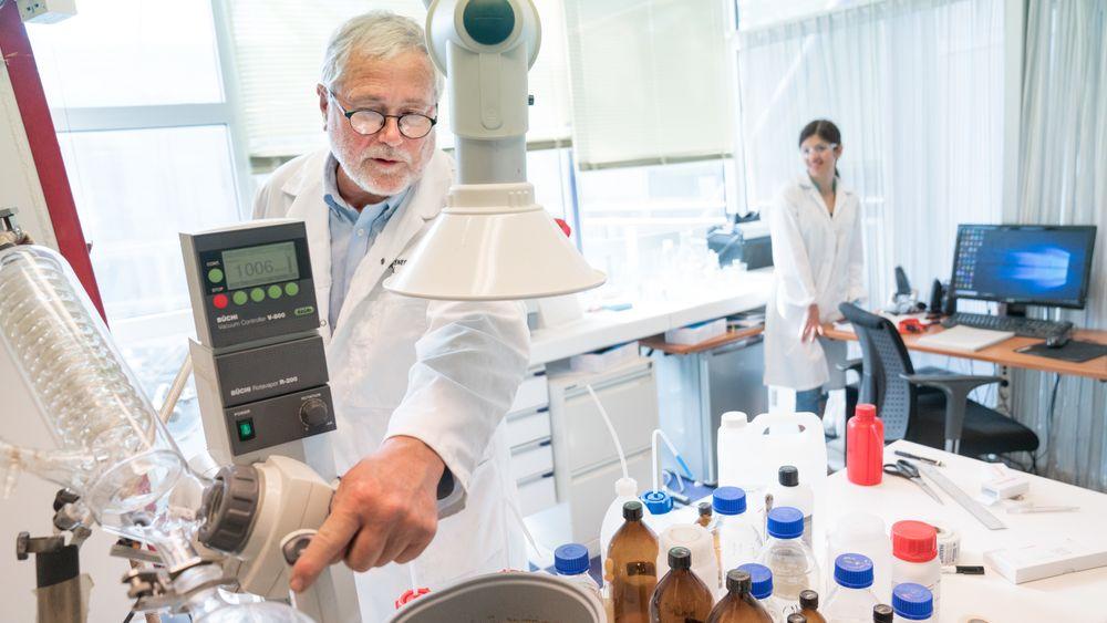 Legemiddelgründer og oppfinner Jo Klaveness har et lite laboratorium på Forskningsparken i Oslo.