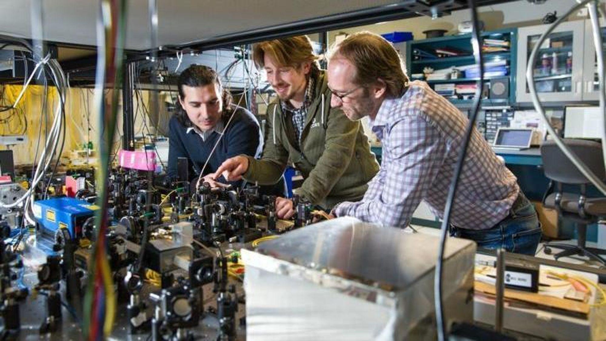 Kvante-teleportering kan være framtiden innen sikker utveksling av data. Her er Wolfgang Tittel og hans gruppe innen kvantekryptering.