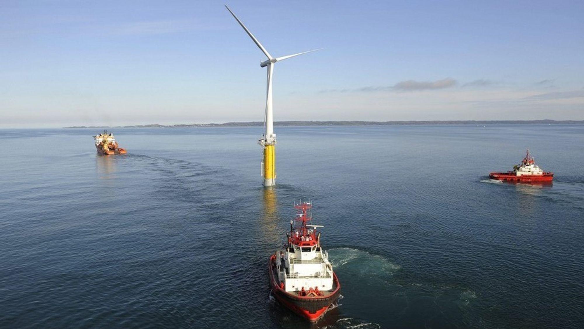 Tauing av testmøllen Hywind 8. juni 2009. Hywind demo ville aldri har skjedd uten innovasjonsstøtten fra Enova. Nå jobber de igjen med å finansiere flytende havvindprosjekter på norsk sokkel.