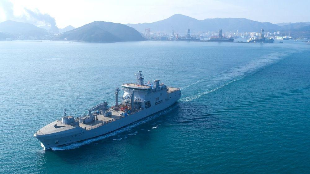 KNM Maud på den første seilasen i nærheten av DSME-verftet på Geoje i Sør-Korea i desember.