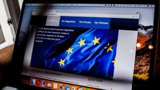 Laptop med nettleser, GDPR og EU-stjernene på skjermen.