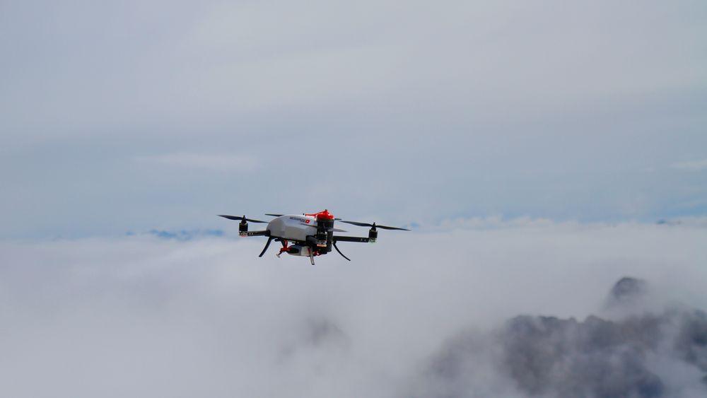 Dette bildet ble tatt 14. mai over fjellet Säntis i Sveits og viser en drone som kan gå opp til 1500 meter for å måle temperatur, vindstyrke- og retning, luftfuktighet og lufttrykk.