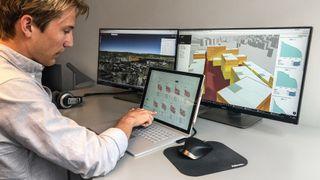 Espen Haugen fra Spacemaker viser frem AI-verktøyet de har utviklet.