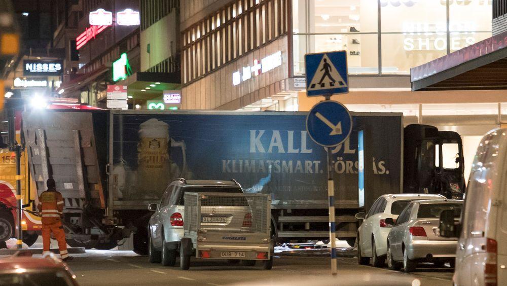 Fem mennesker ble drept da en 40 år gammel usbeker kapret en lastebil og kjørte inn i en gågate i Stockholm i april i fjor. Dette kunne ha vært unngått om man hadde tatt i bruk ny teknologi, mener svenske myndigheter og lastebilprodusenter.