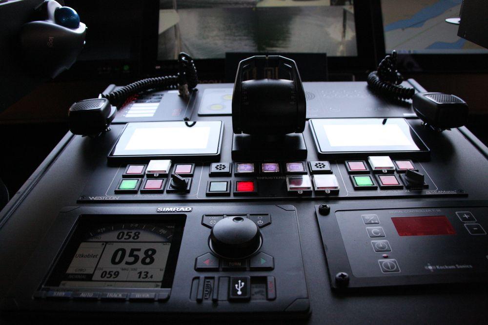 Mer og mer utstyr om bord i skip og fartøy har sensorer og er knyttet til interne og eksterne nett. Detter på brua til batterifartøyet Future of the Fjords.