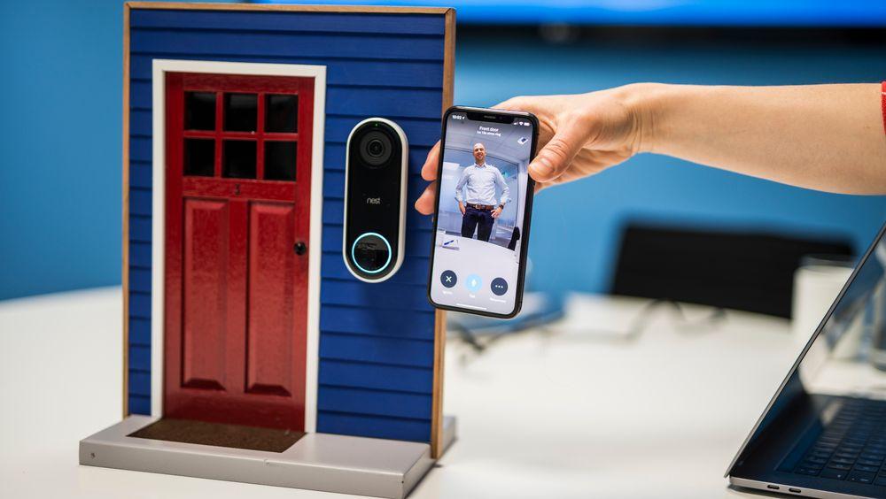 Nest Hello, Google-selskapets kameraringeklokke, kommer nå til Norge. Kameraet skal kjenne igjen venner og familie ved hjelp av avanserte Google-algoritmer. her har Nests produktsjef Joost van Hoof trykket på ringeklokka. Brukeren får da bildet opp på telefonen sin.