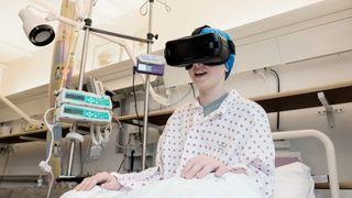 Pilotprosjekt ved Rikshospitalet: Virtuelle reiser bryter isolasjonen for barn med kreft