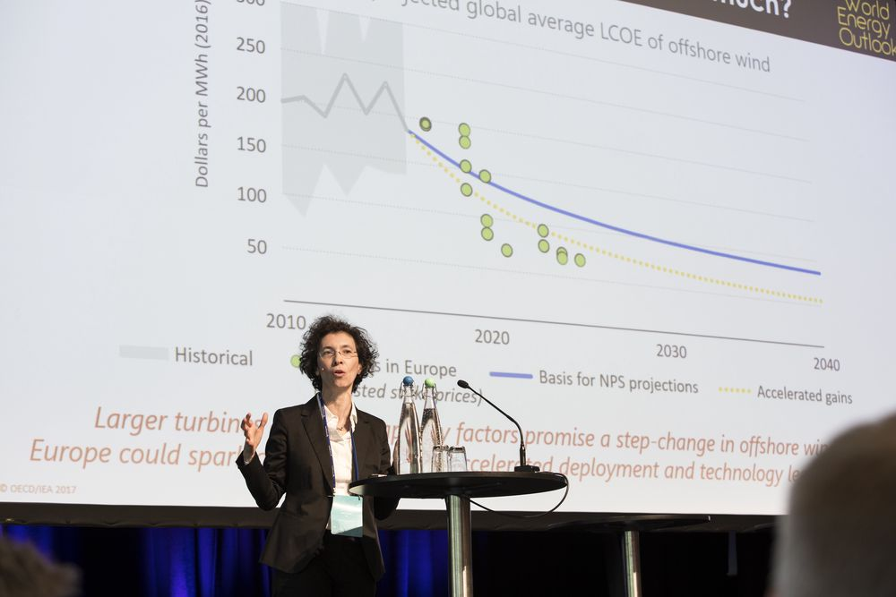 Laura Cozzi, co-sjef for New Energy Outlook hos Det internasjonale Energibyrået forklarer på scenen under Energiforskningskonferansen 2018 hvorfor de tror at energiprisen for havvind vil fortsatte å falle raskere enn noen tidligere så for seg.