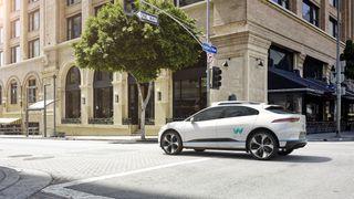 Jaguar I-Pace skal brukes i en flåte med 20.000 selvkjørende biler  fra Waymo.