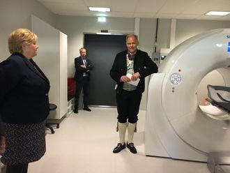 Statsminister Erna Solberg for omvisning  i PET-senteret ved Universitetssykehuset i Tromsø.