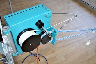 Ved hjelp av en liten vinsj kan kameraet beveges i to plan nede blant laksen.