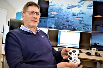 Nytt verktøy: Terje Padøy som tilhører veteranene innen lakseoppdrett, har fått nytt verktøy til foring av laks