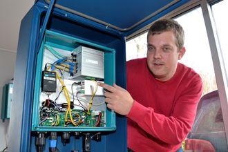 På merdkanten: Dette skapet skal stå på merdkanten og sikre blant annet nettforbindelse til undervannskameraet nede i sjøen blant laksen.