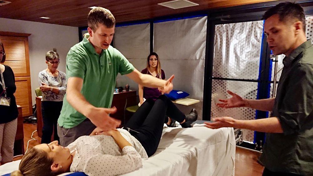 Ably Medicals forskningssjef, Cato Bjørkli (til høyre), gir sykehuspersonell en av oppgavene under brukertesten som nå er i gang i Toronto:  Skift laken mens pasienten er i senga.
