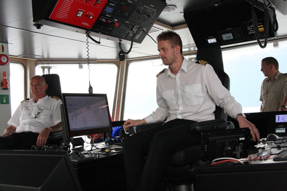 Rolls-Royce leverer Autocrossing-system til Fjord1. Her om bord på MF Eidsfjord med kaptein Kjetil Sætre (t.v), overstyrmann Sindre Willumsen og maskinsjef  Ronny Kandal på brua.