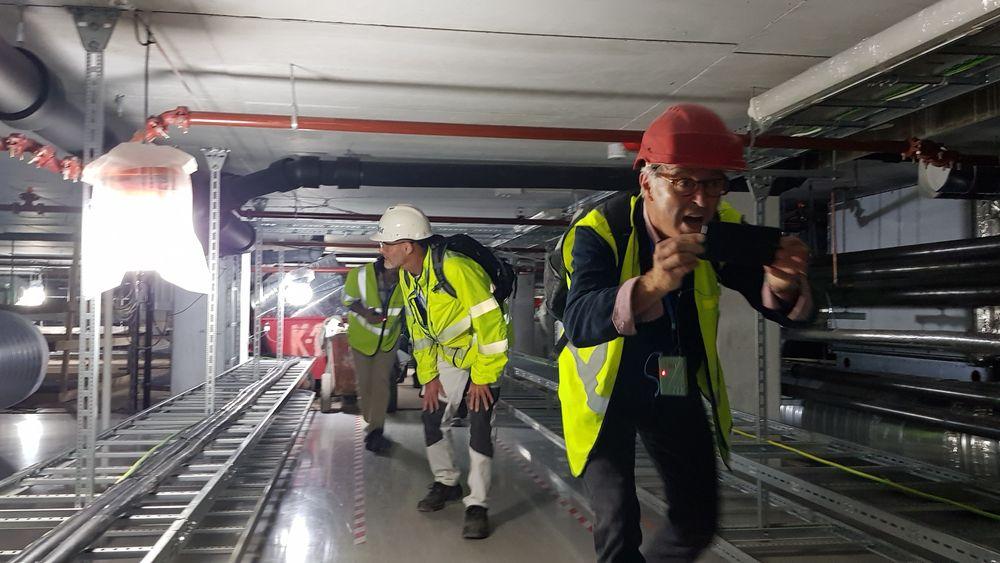 Besøkende i bygget til det nye Nasjonalmuseet måtte gå krokrygget gjennom den tekniske mellometasjen tirsdag.